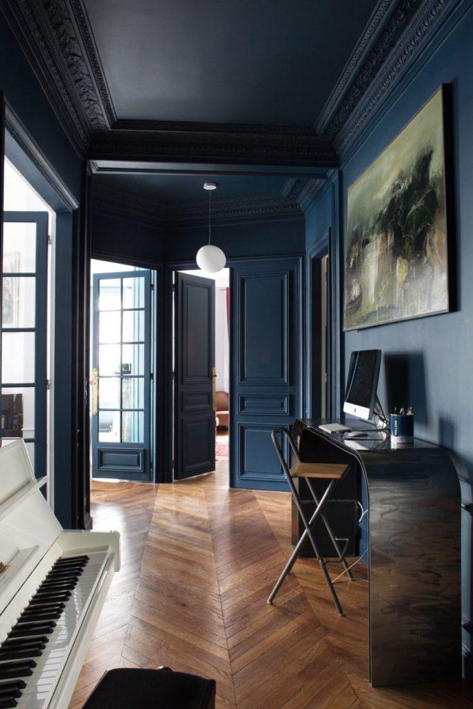 Donkerblauwe muren en plafond