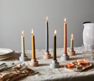 Hygge in huis gekleurde kaarsen