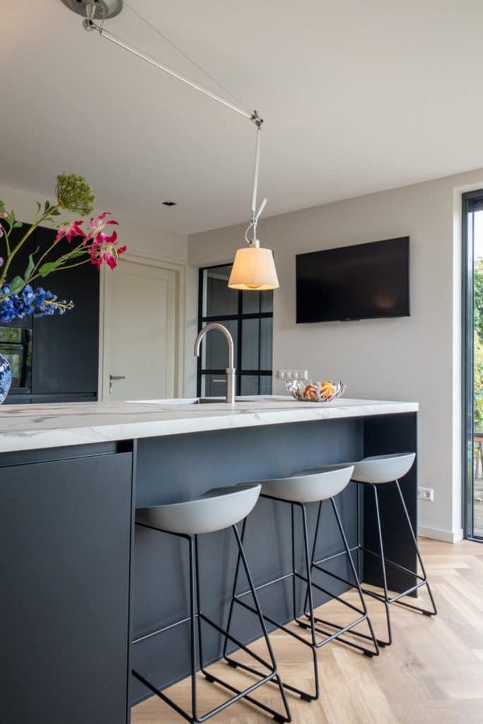 zwarte keuken Fenix marmerlook blad