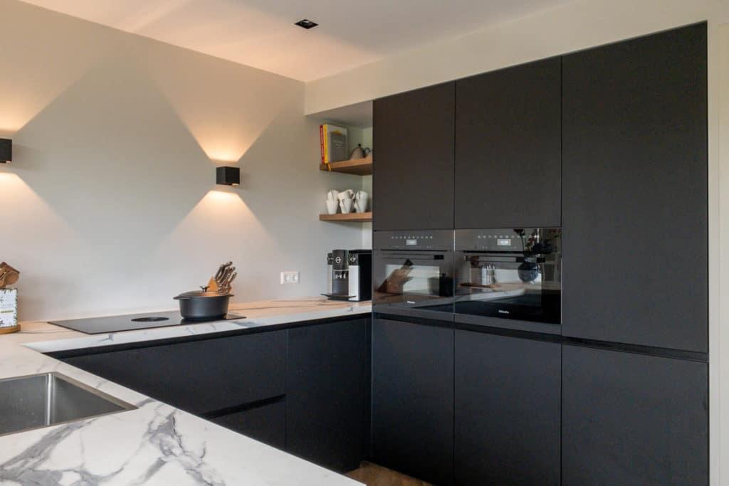 zwarte keuken wandspots